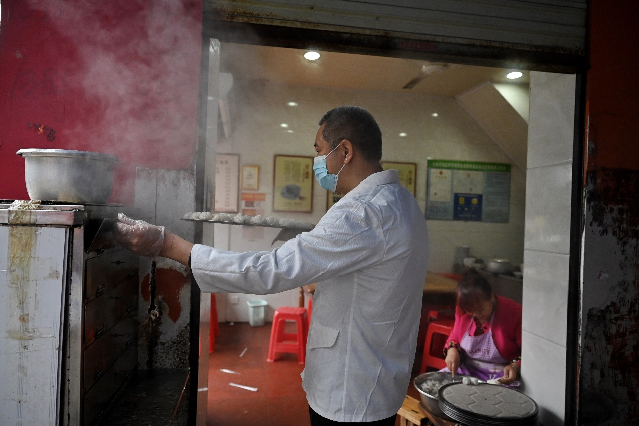 2020年11月23日,三明市沙县,佳兰烧卖,店主在制作沙县烧卖。由于沙县烧卖的制作工艺比较繁琐,所以外地的沙县小吃店基本没有售卖,正宗的沙县烧卖只能在沙县才能吃得到。