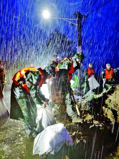 解放军和武警官兵紧急投入河南抗洪抢险