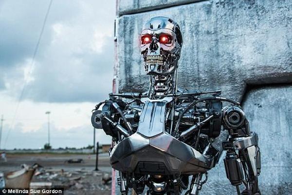 """随着人工智能技术不断进步,机器人能够自主选择并攻击目标的可能性也在迅速增加。全自主武器,又名""""杀手机器人"""",正在迅速变成现实。"""