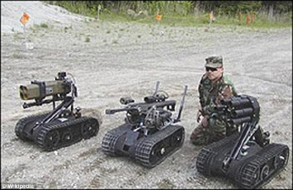 机器人无法真正理解人类生命的价值,因此赋予它们决定权会损伤人类的尊严。图为 Foster-Miller公司生产的TALON SWORDS作战机器人,配备了多种武器。